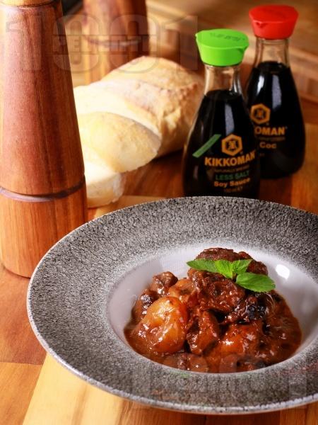 Крехко телешко в кафяв сос със сушени кайсии и сини сливи - снимка на рецептата